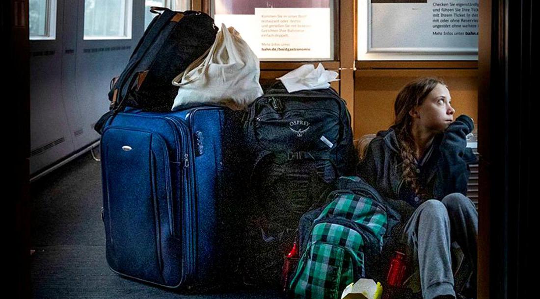 Greta Thunberg im überfüllen ICE der Deutschen Bahn